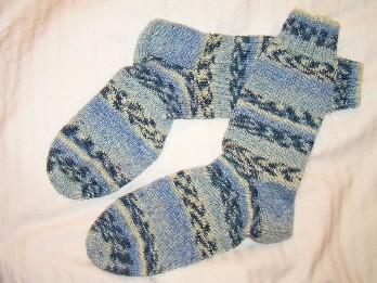Socken in blau und weiߟ gemustert
