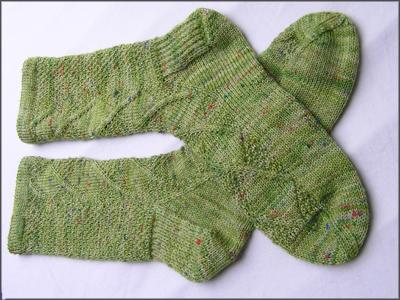 grüne Socken mit einem Zopfmuster