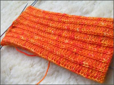 leuchtend oranger Sockenschaft mit Rippenmuster