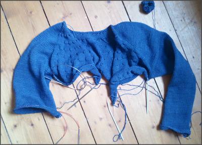 blaue Strickjacke in Bearbeitung