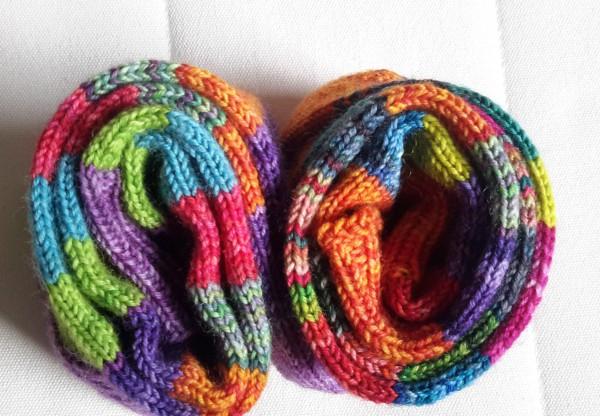 zwei Paar bunte aufgeröllte Socken
