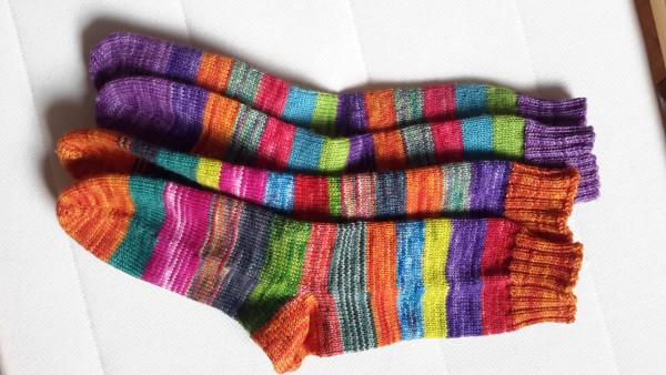 vier bunte Socken liegen eng nebeneinander