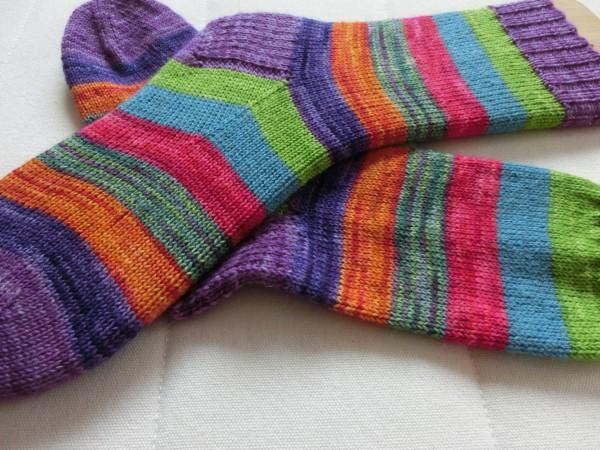 bunte Socken, einer auf einem Sockenbrett gespannt
