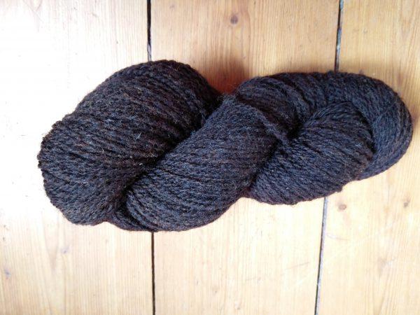Strang dunkelbrauner Wolle