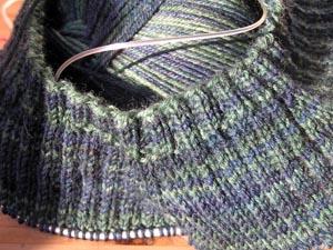dunkelgrünblauer Kragen
