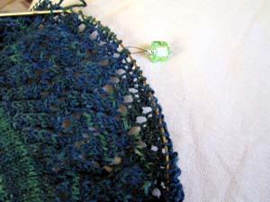 grünblaufarbiges Strickstück