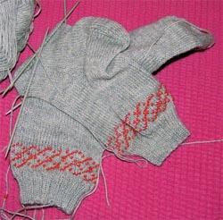 zwei graue Socken mit Perlen