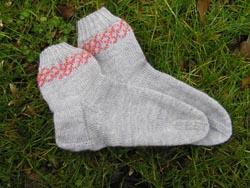 graue Socken mit einer Perlenbordüre