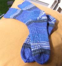 blaue Socken mit Zopfmuster