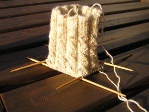 heller tweedsockenanfang mit gekreuztem Rippenmuster
