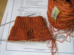 orangegemusterte Lochmustersocken