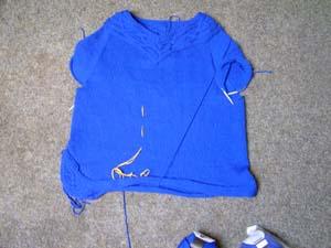 blauer Pullover mit Zopfmuster