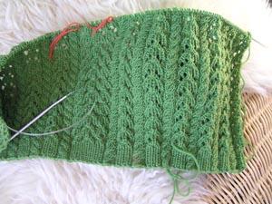 grünes Lochmusterstrickstück