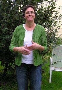 grüne Strickjacke im Garten