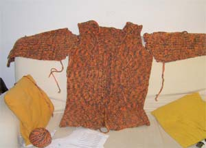 orangefarbene Strickjackenteile