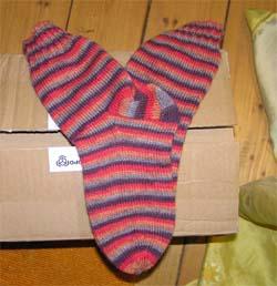 gestreifte Socken auf einem Karton