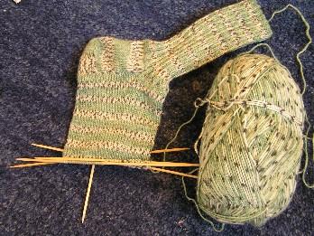 Socken grün und weiߟschwarz gesprenkelt gestreift