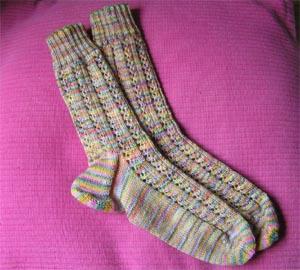 zwei buntegemusterte Socken