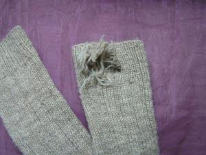 zwei Sockenschäfte mit einem groߟen Loch