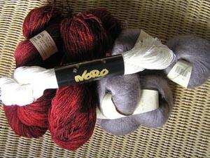 rote, graue und weisse Wolle