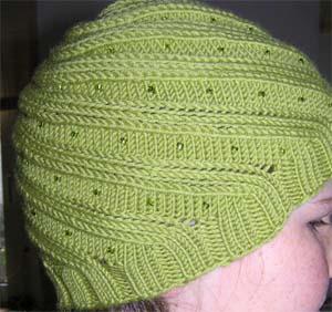 grüne Mütze mit Lochmuster und Perlen