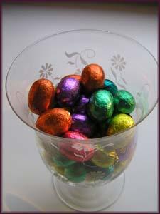 Glas mit bunten Schokoladenostereiern