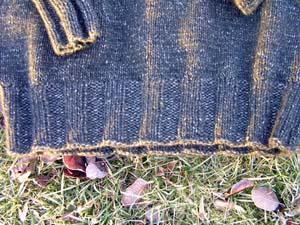 grauer Pullover mit Bündchen