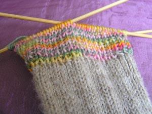 Loch in Socke mit Nadel