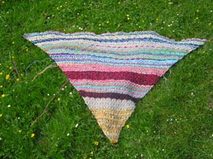 buntes gestricktes Tuch auf Rasen