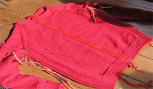roter Pullover mit zu langem Reissverschluss
