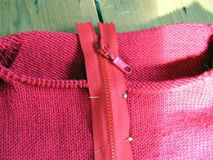 roter Pulloverausschnitt mit zu langem Reissverschluss