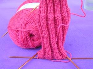 pinkfarbener Rippensockenanfang
