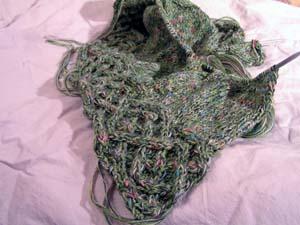 grüngemischte Wolle mit Pulloveranfang