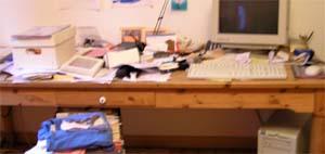 schlimm unaufgeräumter Schreibtisch