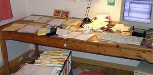 nicht mehr ganz so schlimm unaufgeräumter Schreibtisch