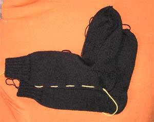 schwarze Socken mit Kontrastfaden zum Reihen zählen