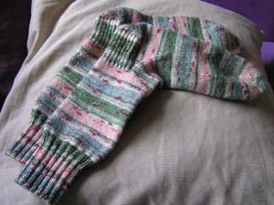 grünrosagemusterte Socken