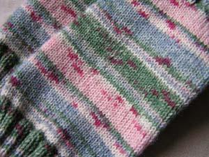 Ausschnitt aus grünrosagemusterten Socken