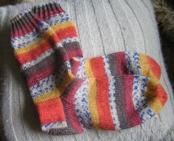 bunt gemusterte handgestrickte Socken