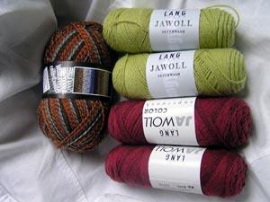 grüne, dunkelrote und gemusterte Wolle