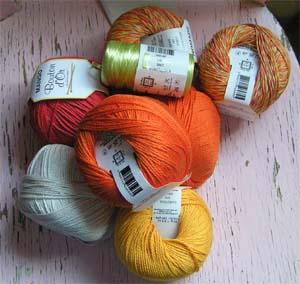 orange, gelbe, hellgrüne und gemusterte Garne