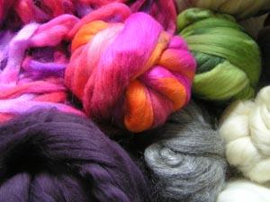 bunte Wolle in Kardenbändern