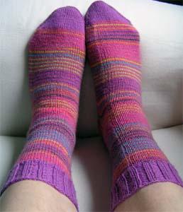 lilagemusterte Socken angezogen
