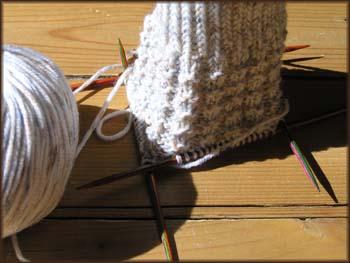 graumelierter ߄rmelanfang auf einem Nadelspiel