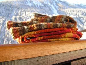 zwei Paar Socken auf einem Holzbalkon