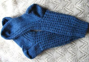 mittelblaue Socken mit Waffelmuster