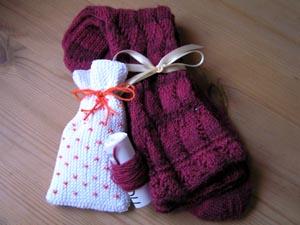dunkelrote Socken und ein weisses Säckchen