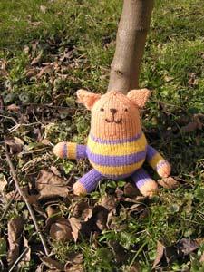 gestrickte Katze unter dem Baum