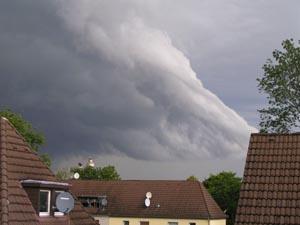 wolken über Dächern