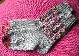 Socken mit Winkelhebemaschenmuster am Schaft